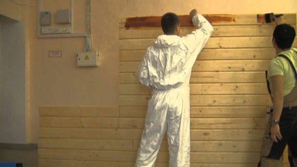 Фарбування дерев'яної стіни всередині будинку фарбою