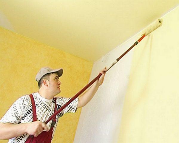Фарбування стіни колером з допомогою валика з ручкою