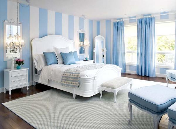У спальні стіни пофарбовані як імітація панелей