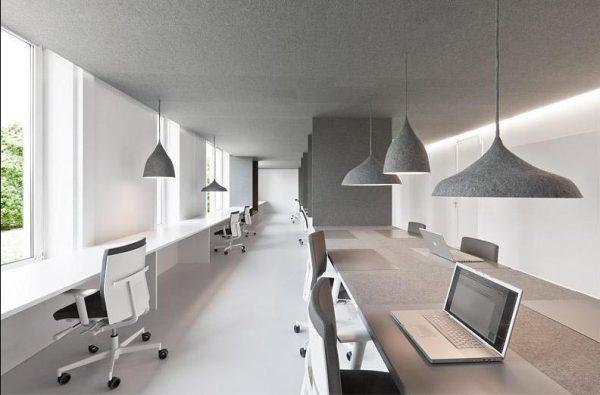 У кабінеті стіни пофарбовані в сірий колір