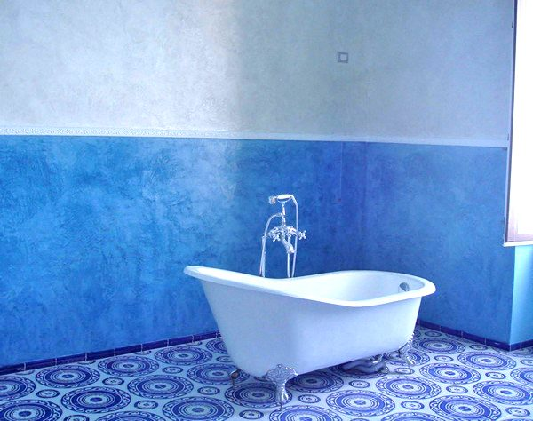 Пофарбована в синій колір ванна кімната