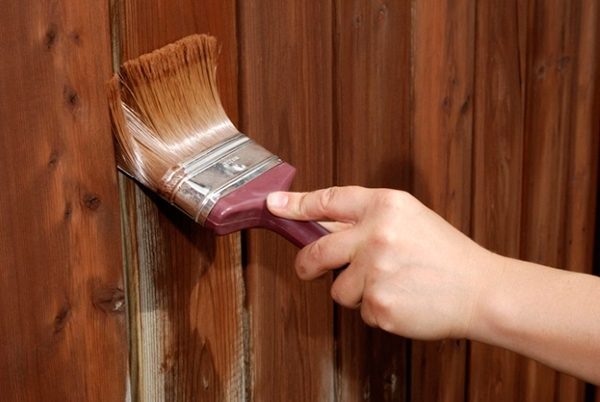 Фарбування паркану пензликом