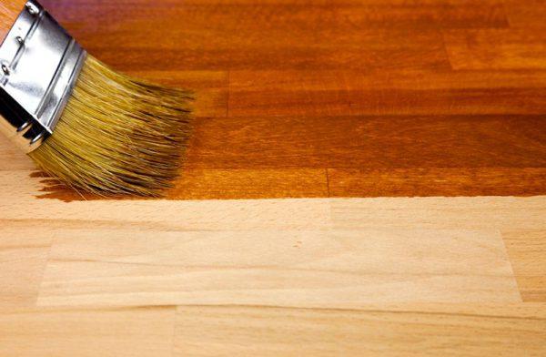Покриття лаком дерев'яних стін
