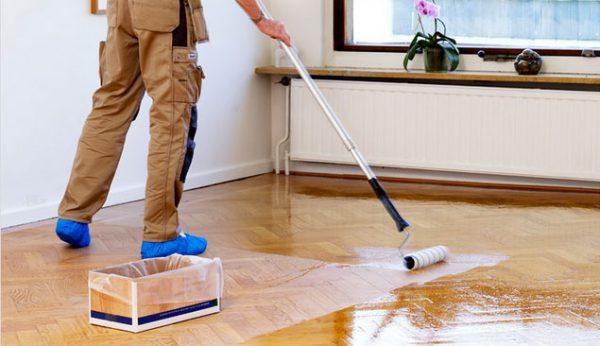 Покриття підлоги лаком за допомогою валика