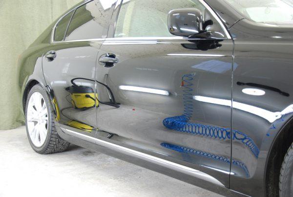 Автомобіль оброблений рідким склом