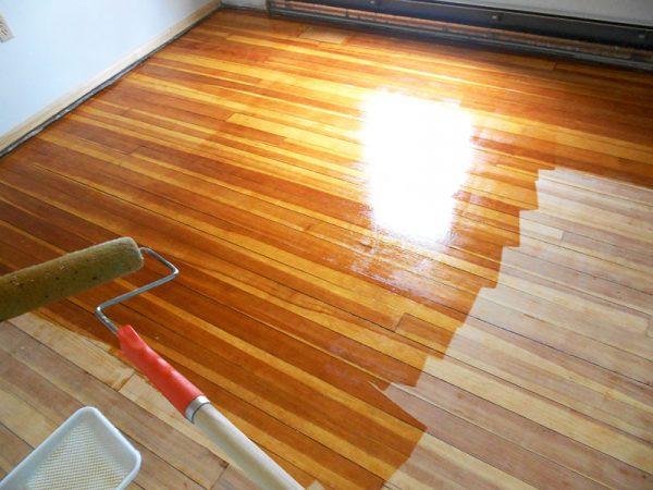 Обробка лаком дерев'яної підлоги