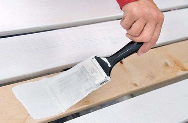 Процес фарбування дерева гумової фарбою