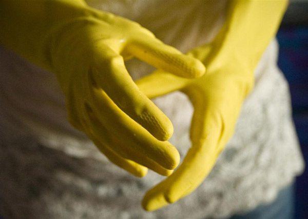 Захист рук гумовими рукавичками