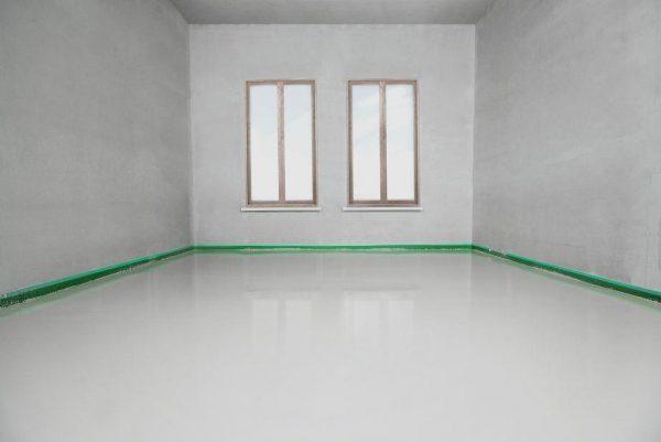 Рівна підлога в кімнаті квартири