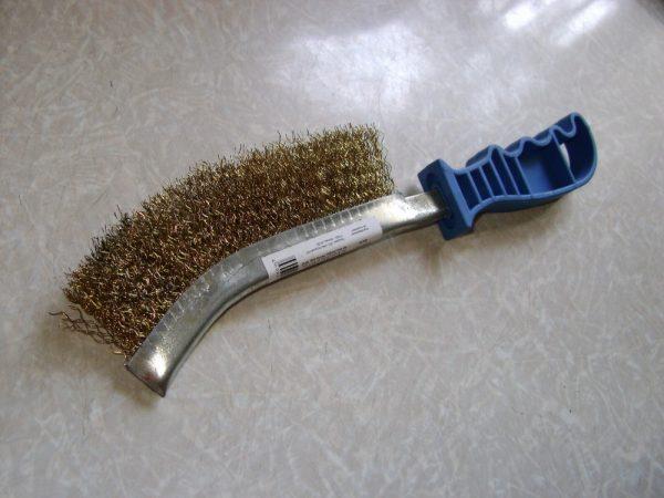 Металева щітка для очищення бака