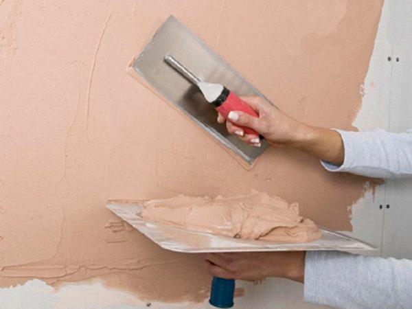 Шпаклюємо стіни перед нанесенням рідких шпалер