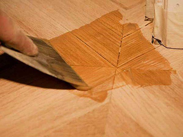 Шпаклівка по дереву як один із способів вирівняти підлогу