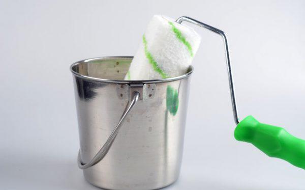 Замочування валика у воді для видалення фарби