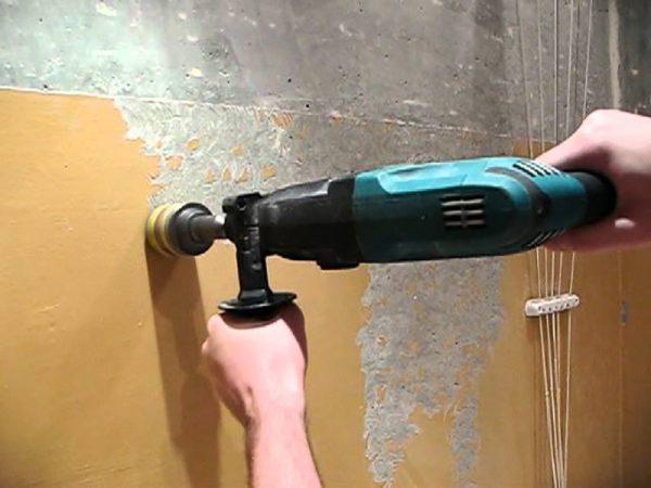 Знімаємо самостійно фарбу зі стін