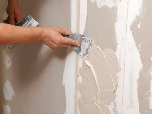 Шпаклівка стіни перед фарбуванням