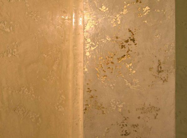 Стіна, пофарбована в бежевий колір з підкресленням елементів перламутровою фарбою