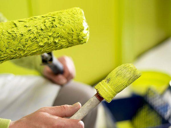 Валик і кисть для фарбування стіни