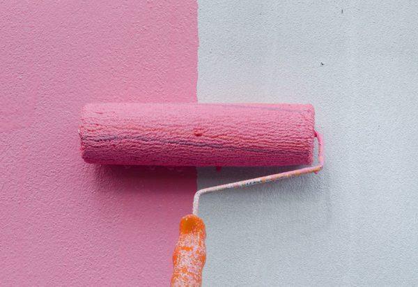 Фарбуємо стіну в рожевий колір