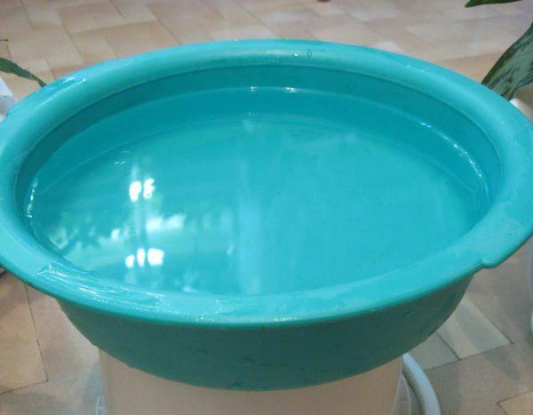 Таз з водою для випробування пластику на міцність