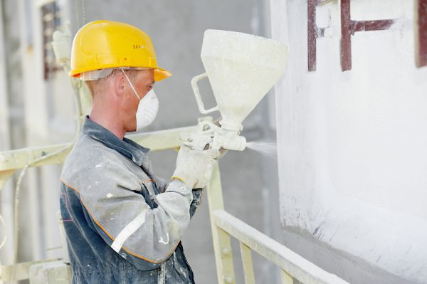 Нанесення теплоізоляційної фарби на стіну