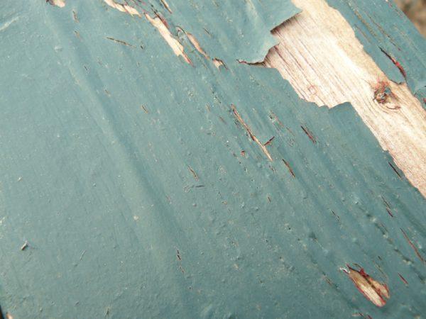 Тріщини і відколи старої фарби на підлозі