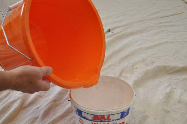 Змивання водоемульсійною фарбою водою