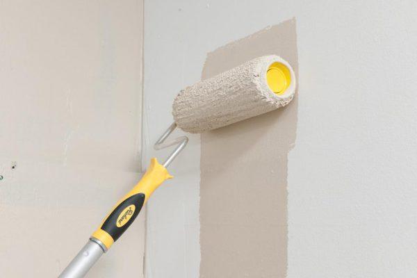 Фарбування стін перламутровою фарбою валиком