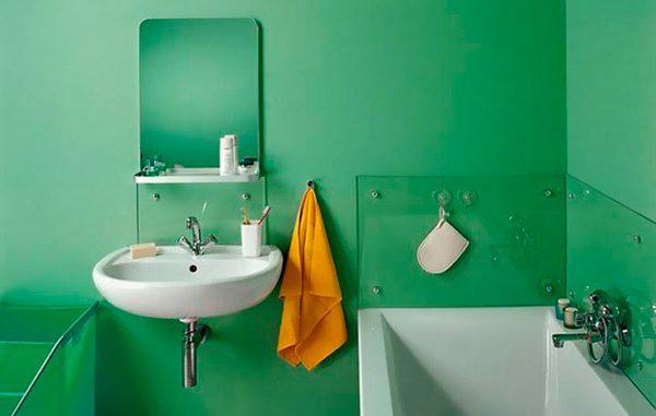 Стіни ванної пофарбовані водостійкою фарбою