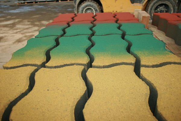 Пофарбована тротуарна плитка