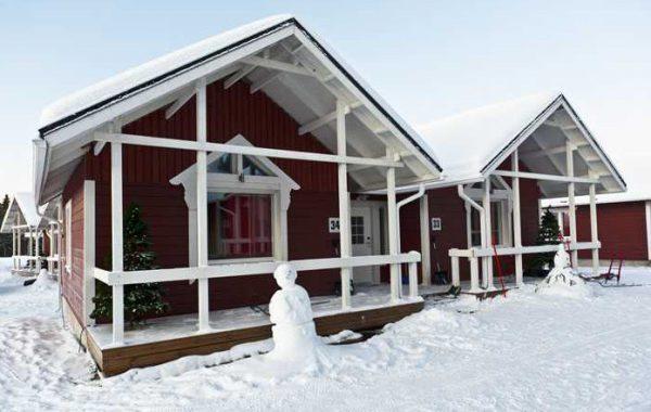 Будинок пофарбований у білий і коричневий колір