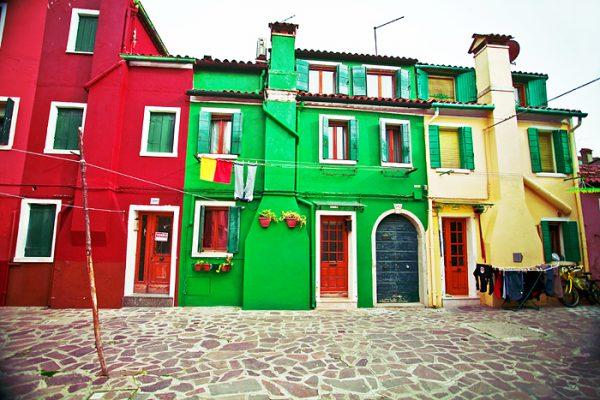 Будинки пофарбовані в різний колір