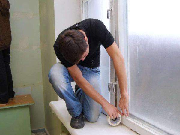 Заклеюємо вікна скотчем