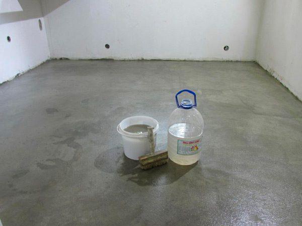 Рідке скло нанесене на бетонну підлогу